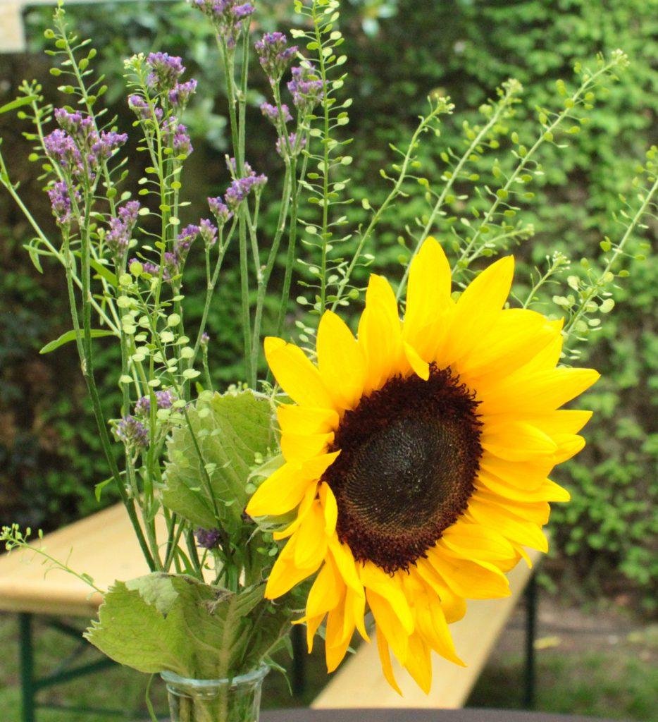 tuinfeest tafelaankleding met mooie bloemen
